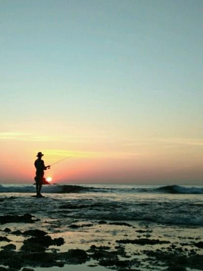 orang memancing di pantai